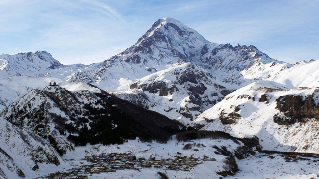 Kasbek (5041m) and Gergeti church on the left.