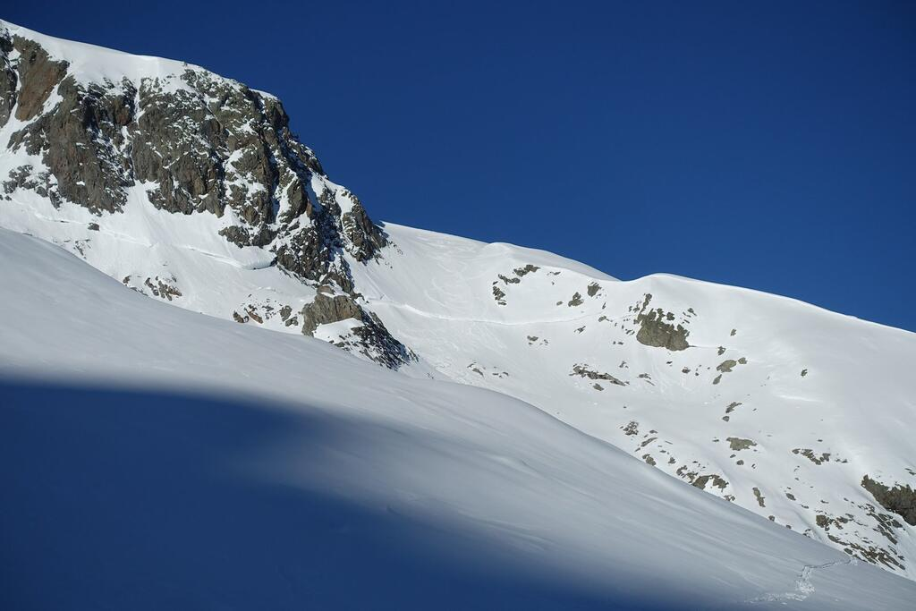 Steep couloir on second day. Clearly visible the old avalanche edge.
