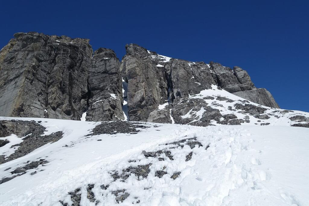 The rocky ridge that needs to be climbed. You climb up to the top of the snow on the right and then into the rock