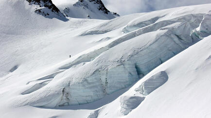 on the way with the splitboard at the piztal are